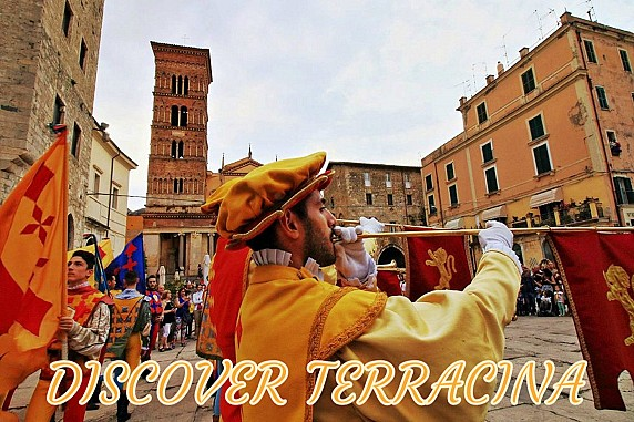 Discover Piazza Municipio sbandieratori
