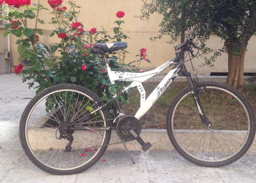 Bicicletta Da Uomo Di Colore Bianco E Nero Modello Mountain Bike
