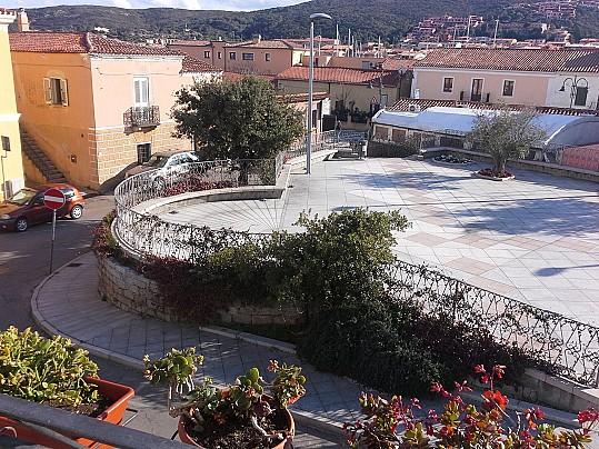 c  dal balcone vista sulla piazza Fresi
