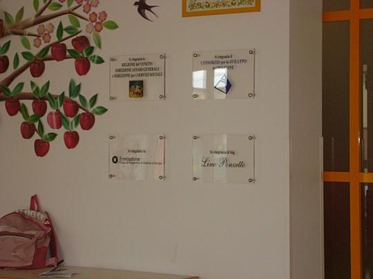 La scuola dell'infanzia F. Bottoni è di nuova ristrutturazione, avvenuta grazie alla Fodazione Cassa di risparmio di Padova e Rovigo, al Consorzio per lo sviluppo del Polesine, alla regione V
