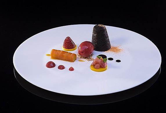 Pensiero d'amore 2019 - Chef Donato Episcopo - Photo Mauro Milan -  Tortino al cioccolato 72% dal cuore di rabarbaro rosso, cannolo di carote e sorbetto alle fragole