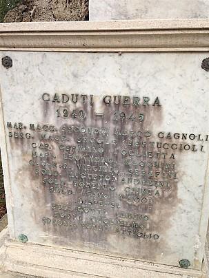 Particolare dell'iscrizione sul lato del monumento ai caduti in località Trebbio di Montegridolfo