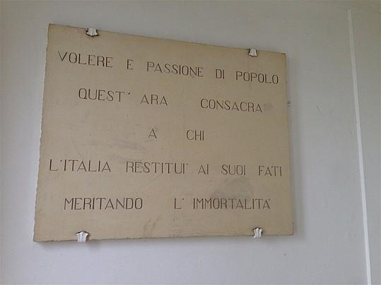 Particolare dell'iscrizione sul lato sinistro dell'altare del monumento ai caduti in località Castello di Montegridolfo
