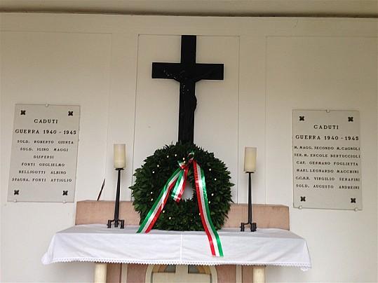 Particolare dell'altare del monumento ai caduti in località Castello di Montegridolfo - Si ringrazia la Onoranze Funebri Morgoni di Morciano di Romagna per il gradito omaggio della corona di