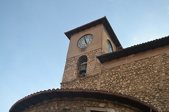 torre campanaria con orologio