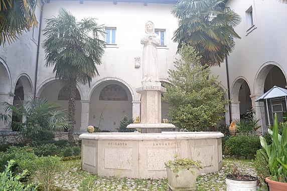 fontana con statua di san francesco