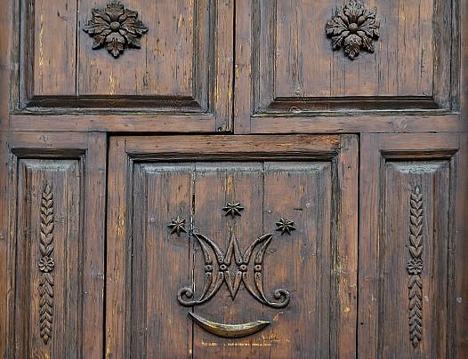 particolare del portale chiesa di san rocco