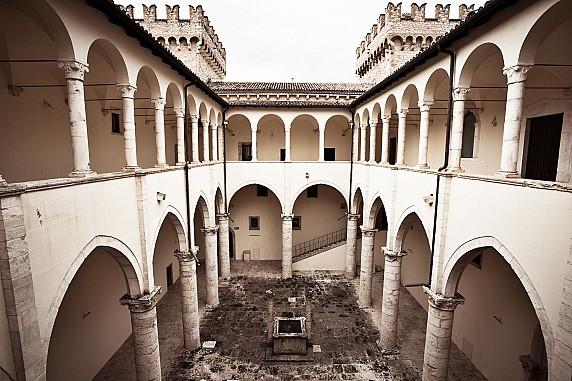 6 Cortile loggiato interno del castello