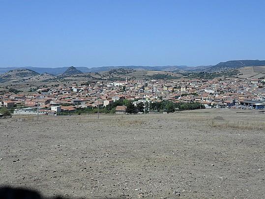 1200px-Pozzomaggiore_-_panorama_visto_da_San_Pietro