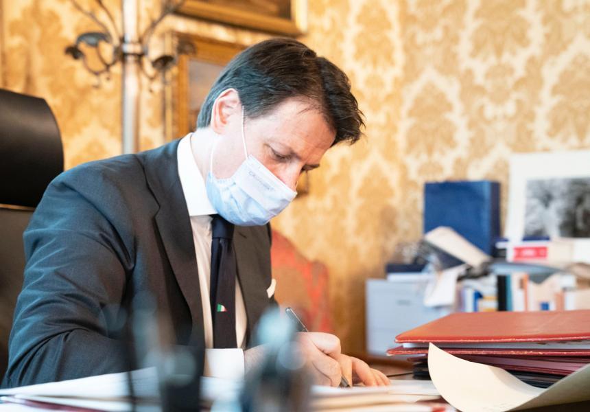 Il Presidente del Consiglio, Giuseppe Conte, ha firmato il Dpcm del 18 ottobre 2020 sulle misure per il contrasto e il contenimento dell'emergenza Covid-19.